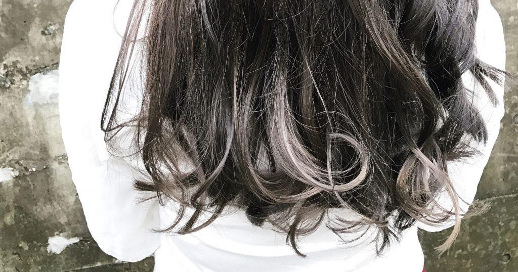 暗いけど透明感のある髪色、グレー系のインナーカラーまとめ