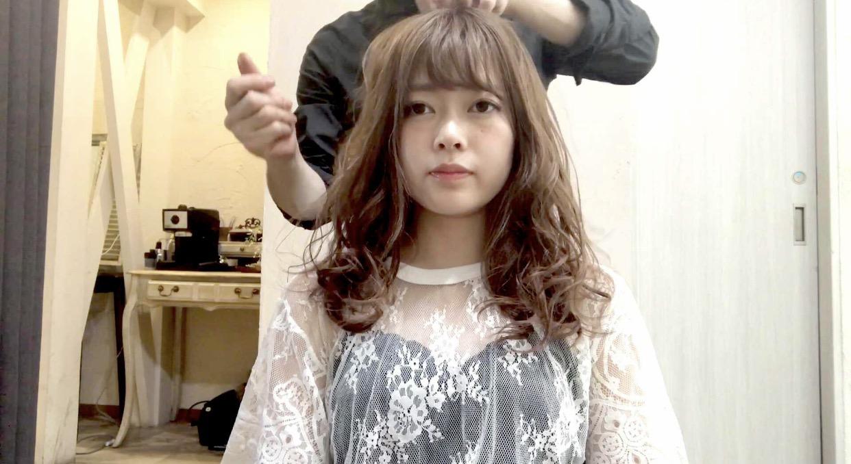 巻いた髪はそこまでキープさせる必要があるのか。