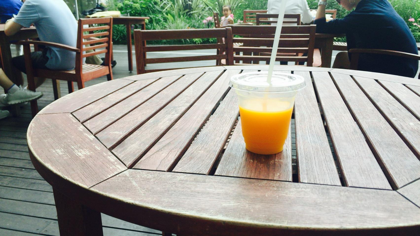 毎朝100%ストレートのオレンジジュース。
